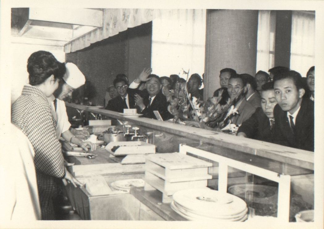 1982年台南大飯店推出全台首創的歐式自助餐開放式廚房。  台南大飯店 提供