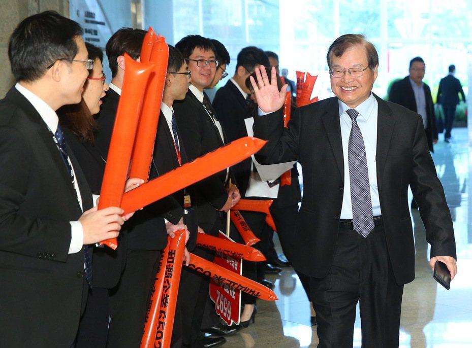 圖為和潤企業正式掛牌上市情形。和潤董事長田天明(右)出席在台北101證交所舉辦的上市掛牌典禮時,受到員工熱烈歡迎。記者余承翰/攝影