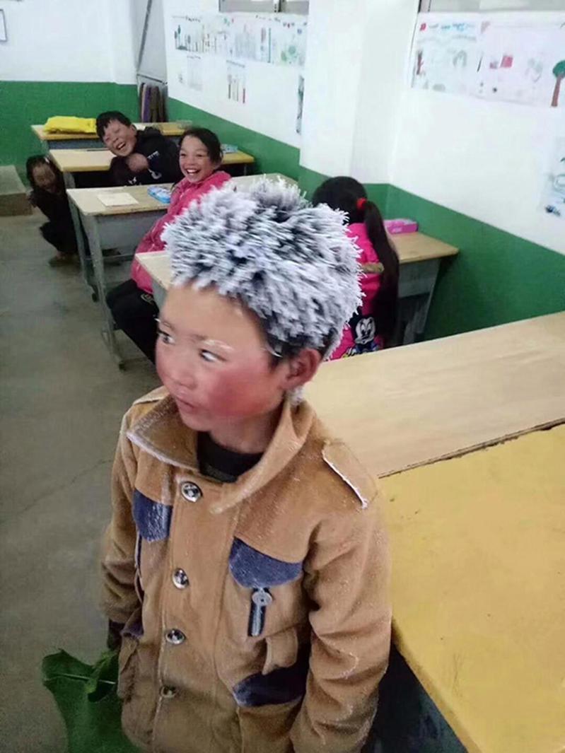 王福滿2018年曾因一張頭頂風霜上學的照片引發熱奕,被網友稱作「冰花男孩」。圖/取自微博