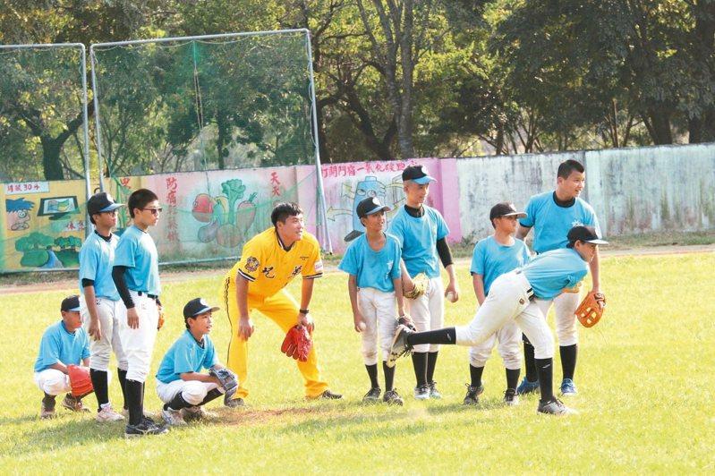 中信金控將再次推出「一日教練」活動,指導少棒小球員基礎打擊與守備動作,鼓勵愛打棒球的孩子。 圖/中信金控提供
