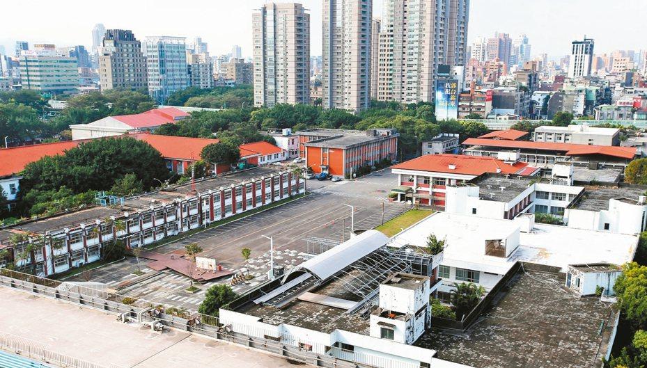 台北市大安區精華地段的空軍總部舊址,政府各單位對於要怎麼使用這塊精華土地,角力不斷。 記者林澔一/攝影