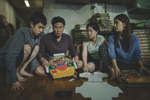 第77屆金球獎入圍名單今天揭曉,「寄生上流」(Parasite)入圍最佳導演、劇本、外語片3個項目,成為首部入圍金球獎的南韓電影。「寄生上流」不只票房上取得佳績,全球累計1.18億美元(約合新台幣3...