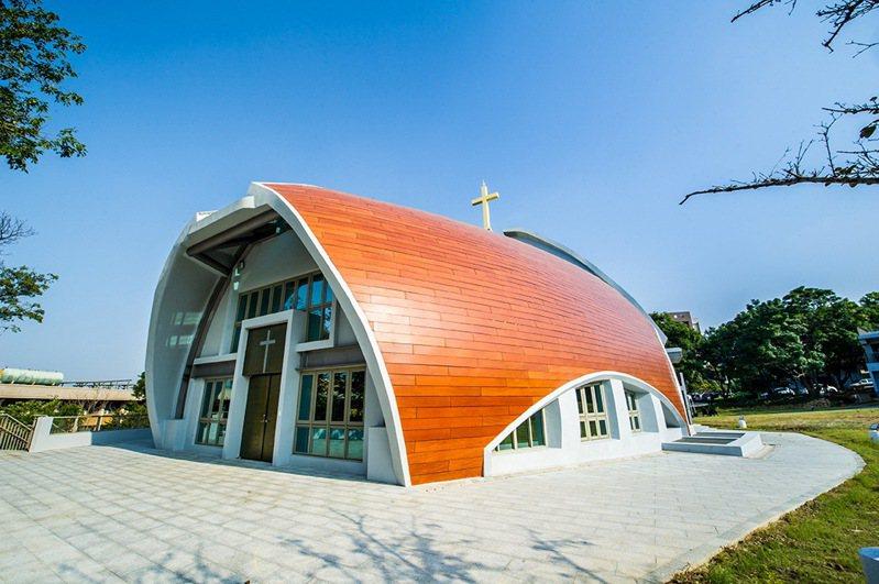 靜宜大學在校園新建「主顧聖母堂」落成,美輪美奐建築成了台中新地標。圖/靜宜大學提供