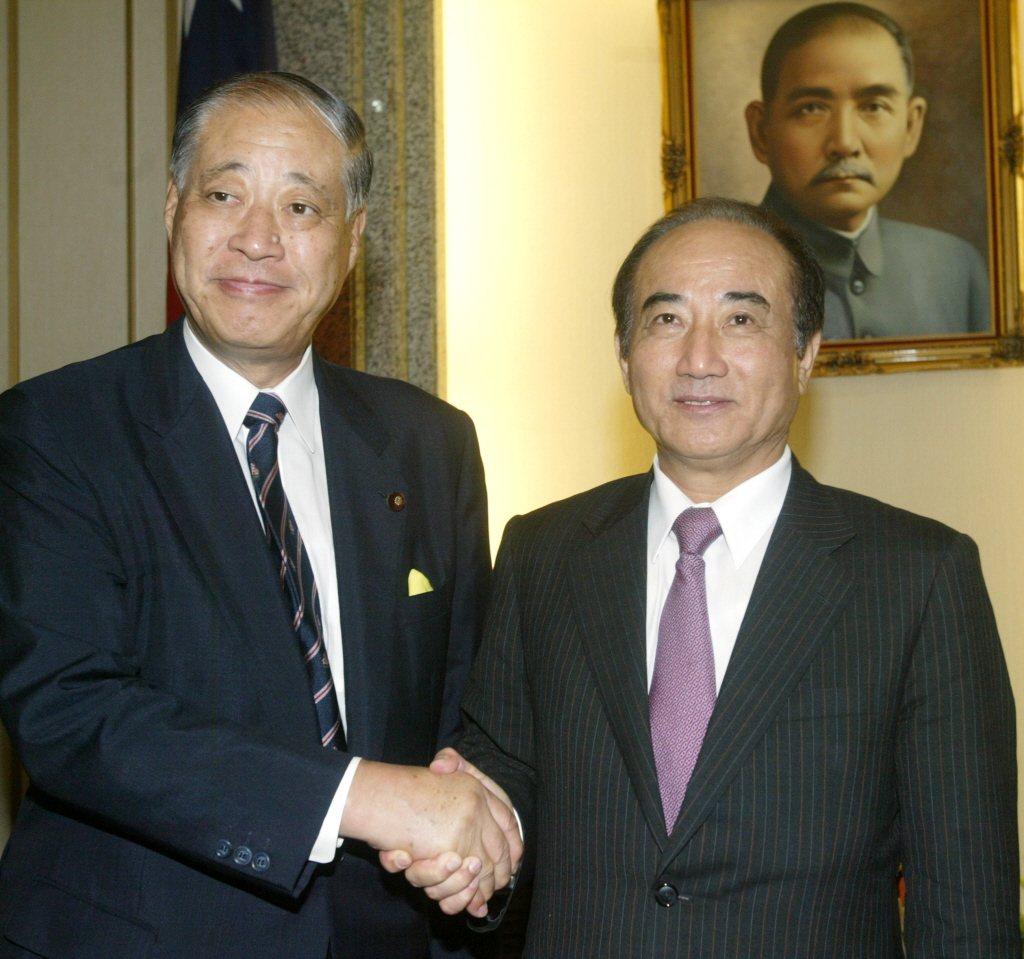 圖為2008年時,當時的立法院長王金平(右)接見前日本防衛省大臣玉澤德一郎(左)...