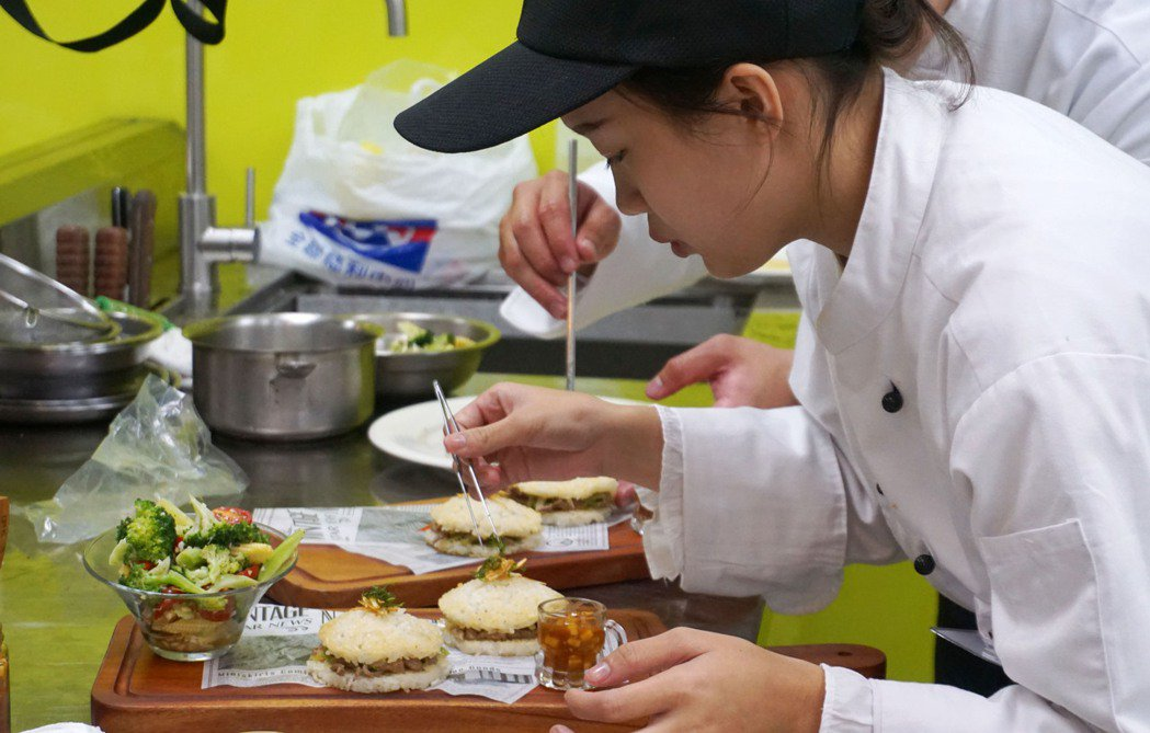 從初選的28組參賽者選中6組進入決賽,學生們發揮創意展現鵝肉美味。 中華民國養鵝...