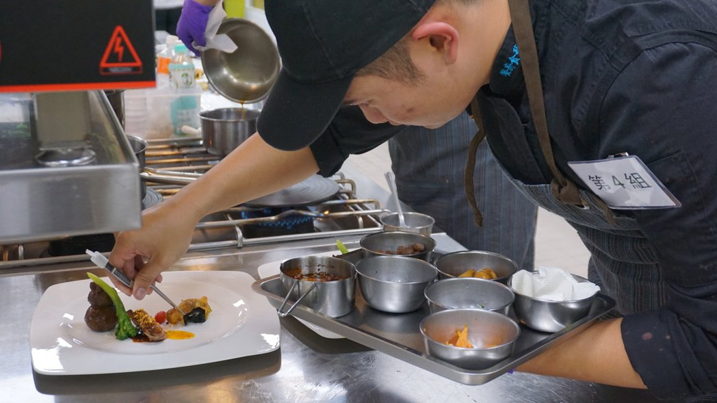 南開科大洪駿赫同學為鵝肉料理八寶澄塔香御鵝進行最後擺盤裝飾。 中華民國養鵝協會/...
