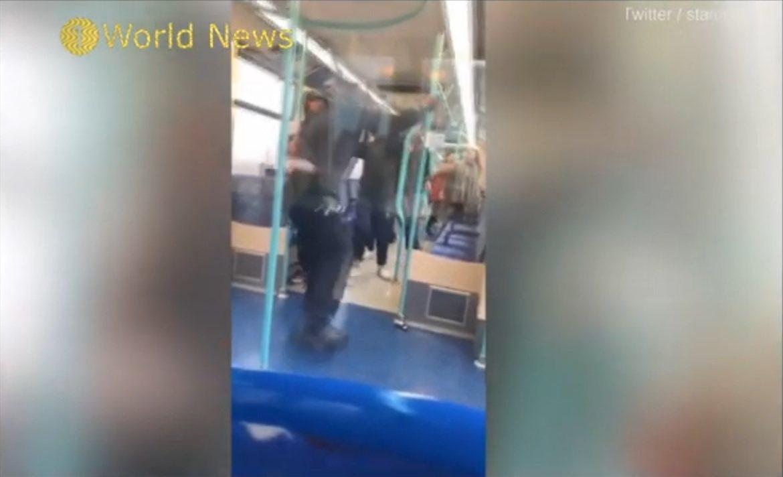 目擊者表示,查票員伸手將男子的雙腳移離座位,結果雙方爆發衝突。圖擷自Youtub...