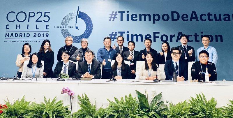 歐萊德董事長葛望平(前排右二)與來自亞洲各地的NGO組織代表,以「亞洲區域的利害...