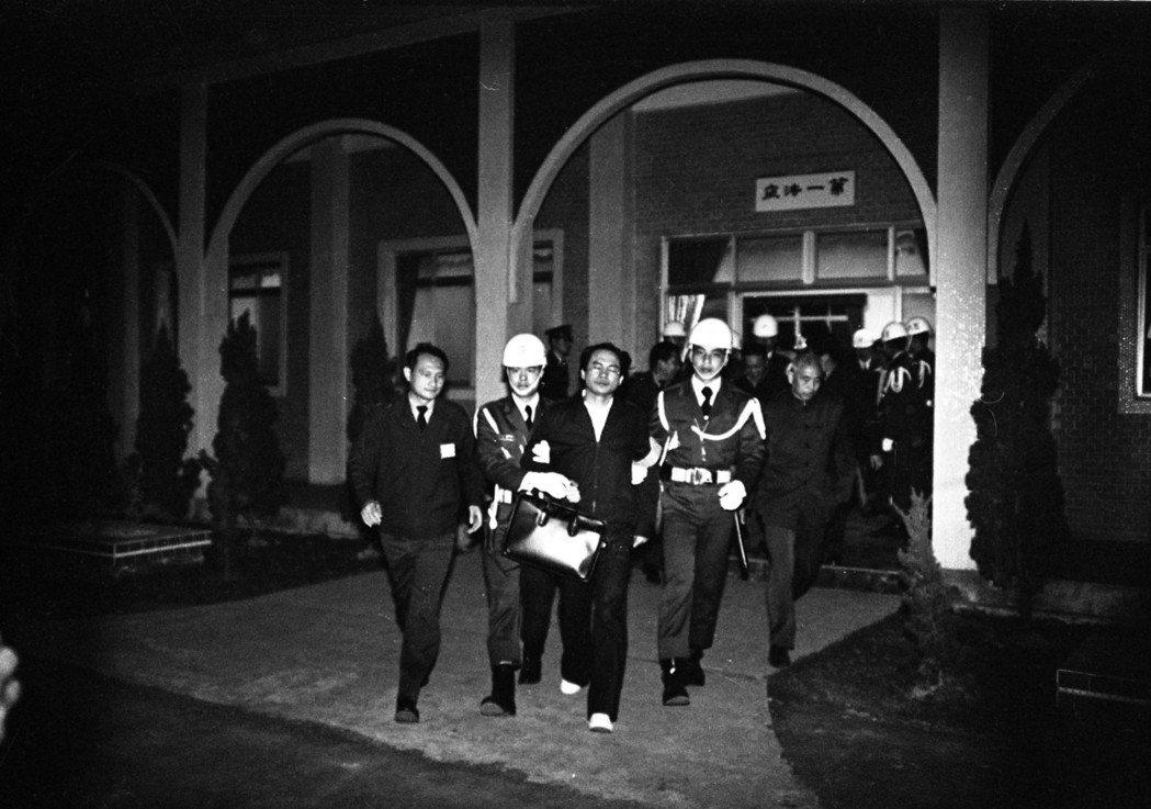 1980年3月,美麗島事件被告林義雄步出法庭。 圖/聯合報系資料照