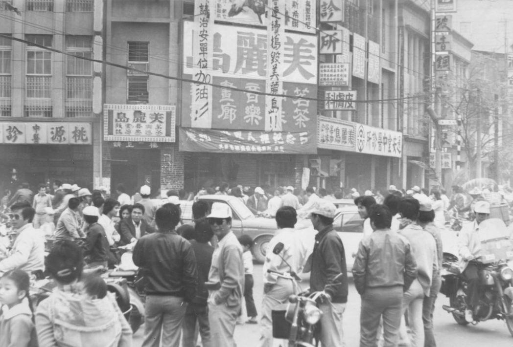 1979年12月11日,民眾聚集在美麗島雜誌高雄服務處前。 圖/聯合報系資料照