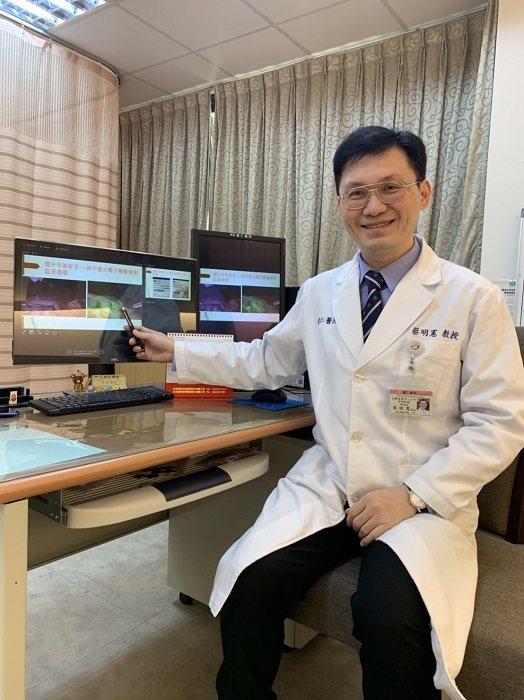 蔡明憲醫師解釋他率先應用於減重手術的ICG螢光偵測技術。 高雄健仁醫院/提供