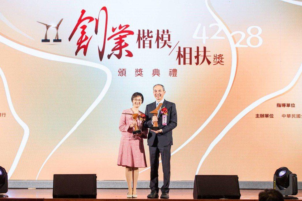 許文南賢伉儷同獲殊榮。 健行科大/提供。