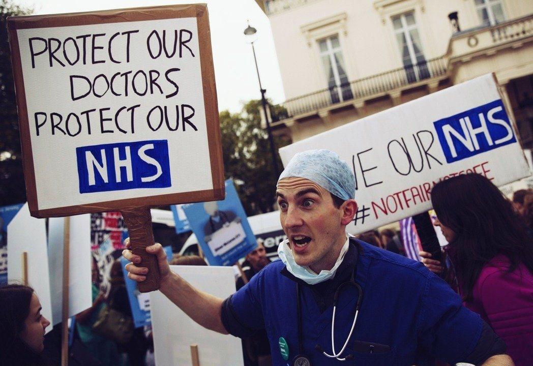 移民問題、醫療資源不足、社會福利系統低效等控訴,都是在08年危機後冒出,然後在8...