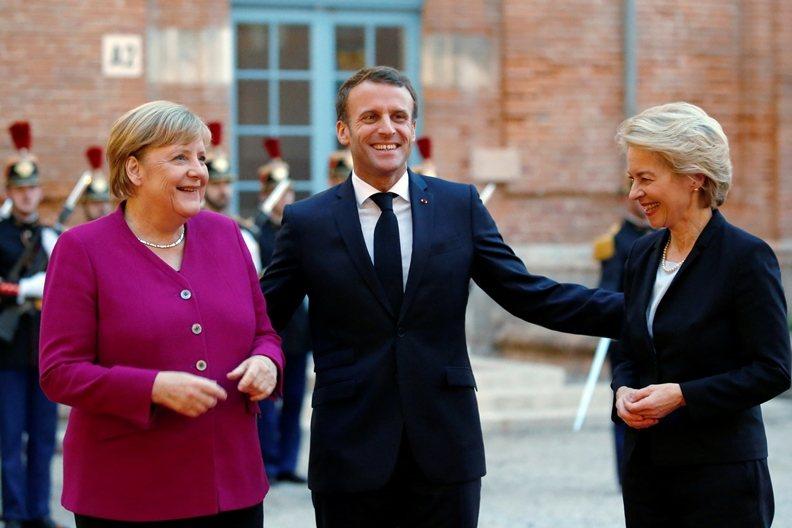 馮德萊恩迄今最有力的支持者,應屬當初提名她的法國總統馬克宏(中)。 圖/路透社