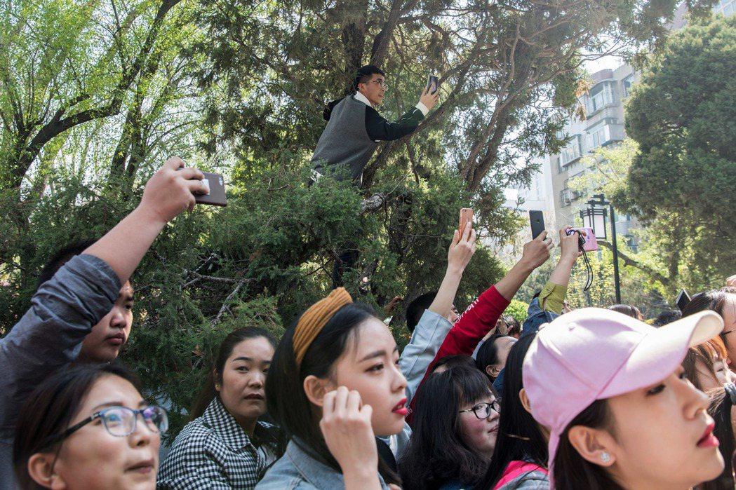 民眾圍觀中國綜藝節目《奔跑吧》的拍攝現場。 圖/中新社