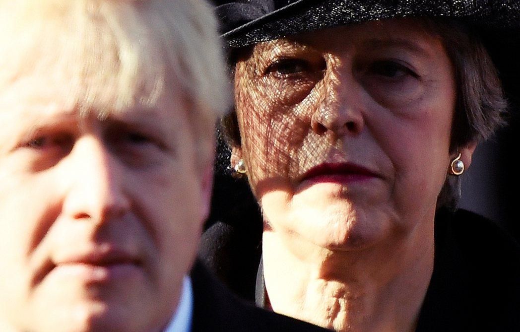 「你看看你...(設計對白)」圖為來自前首相梅伊對鮑里斯.強生意味深長的「凝視」...