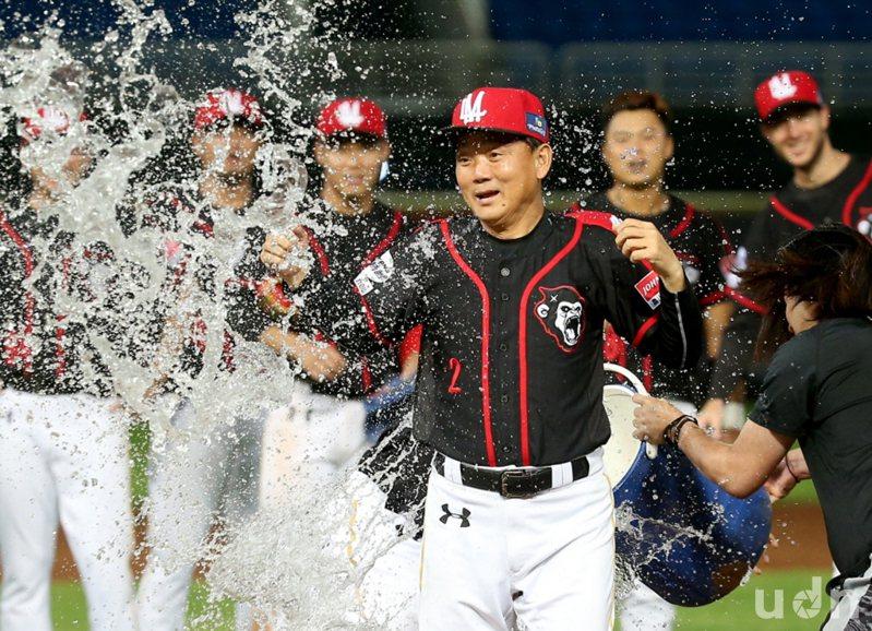 洪總帶著7屆中職總冠軍、7度拿下年度最佳總教練與生涯累計884勝光環執教悍將,又是史上最高薪,打進台灣大賽只是低標,絕非簡單任務。  聯合報系資料照