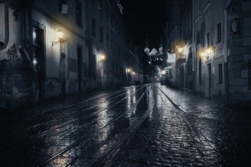 一女名網友某天在陰雨的夜晚一路走回家,卻突然有個陌生男子向她搭訕,當下令她嚇傻,便好奇的詢問網友「這樣的經驗正常嗎?」示意圖/ingimage