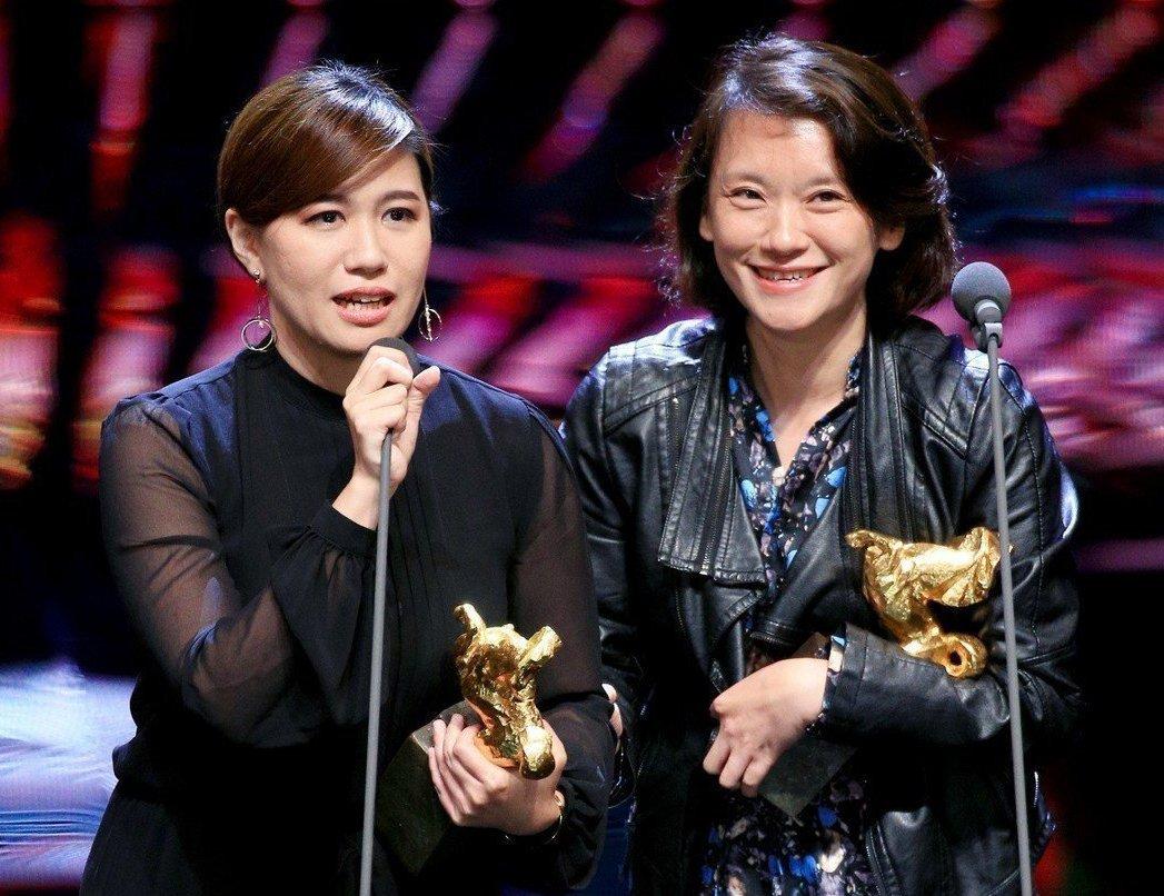 拿下第55屆金馬獎最佳記錄片獎,導演傅榆(左)的得獎。 記者林伯東/攝影
