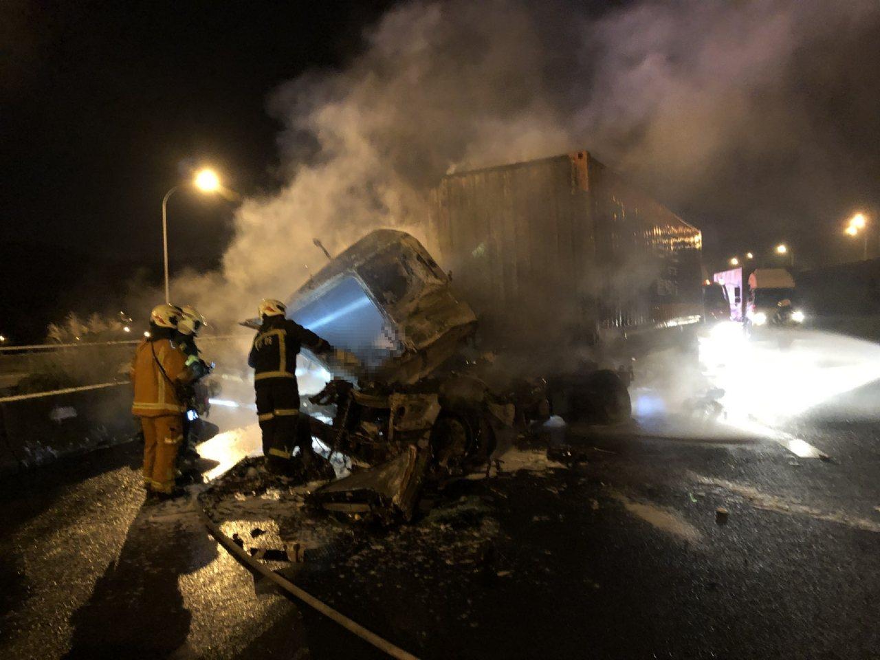國一北上45公里處貨櫃車追撞造成2女被燒成焦屍,現場車流回堵。記者曾健祐/翻攝