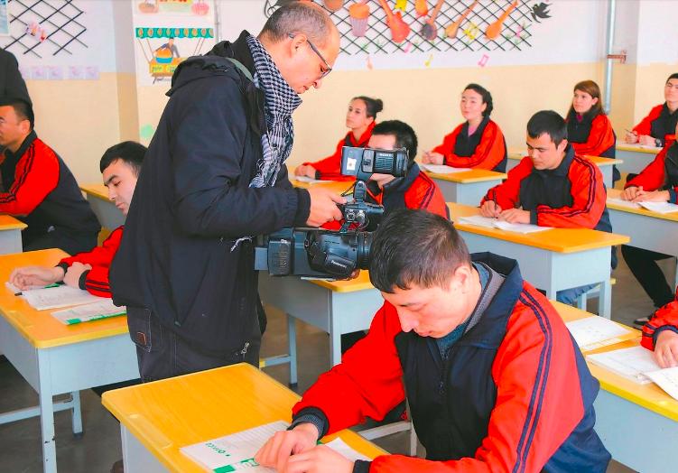 近年來新疆「再教育營」人權狀況,受國際社會高度關注,大陸官方曾邀外媒和外國使節前往新疆探訪。圖為外媒今年一月到新疆教培中心探訪。新華社
