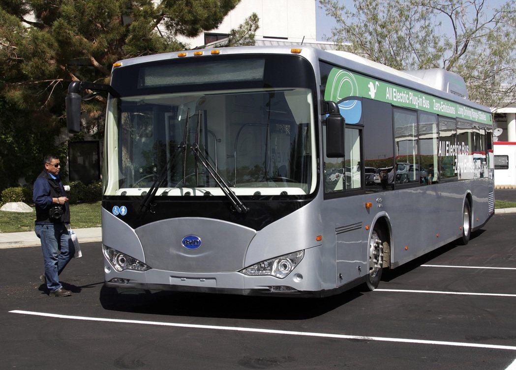 美國國會的國防授權法案將禁用中國大陸的巴士和列車。圖為中國比亞迪的電動巴士。美聯...