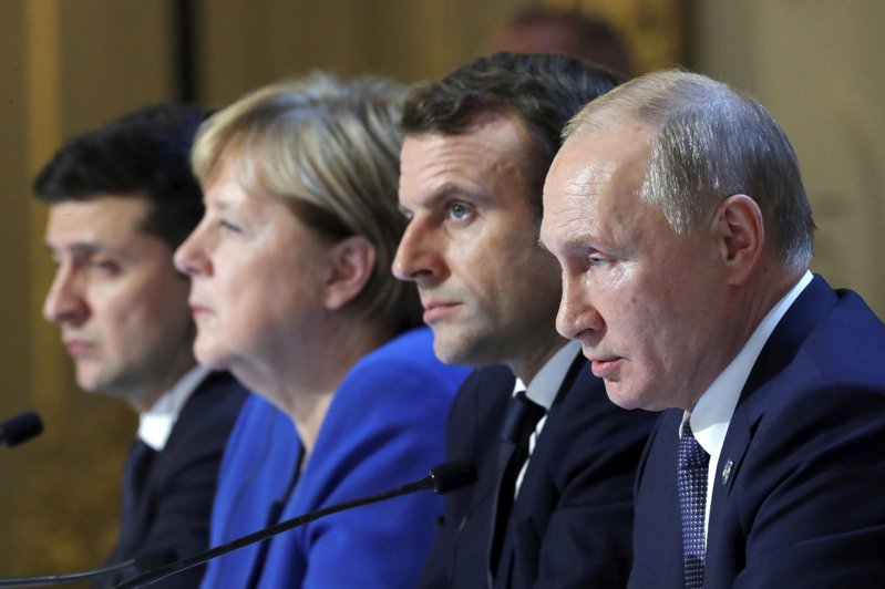 左起烏克蘭總統澤倫斯基、德國總理梅克爾、法國總統馬克宏和俄國總統普亭9日在巴黎會談後舉行聯合記者會。美聯社