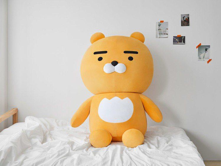 KAKAO FRIENDS推出156公分高的巨大萊恩玩偶。圖/摘自KAKAO F...