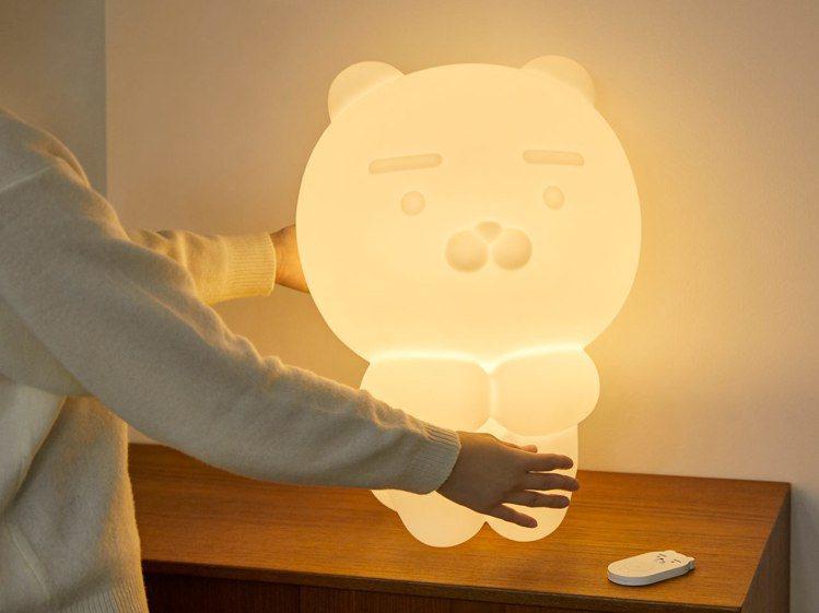 KAKAO FRIENDS推出50公分高的萊恩夜燈。圖/摘自KAKAO FRIE...