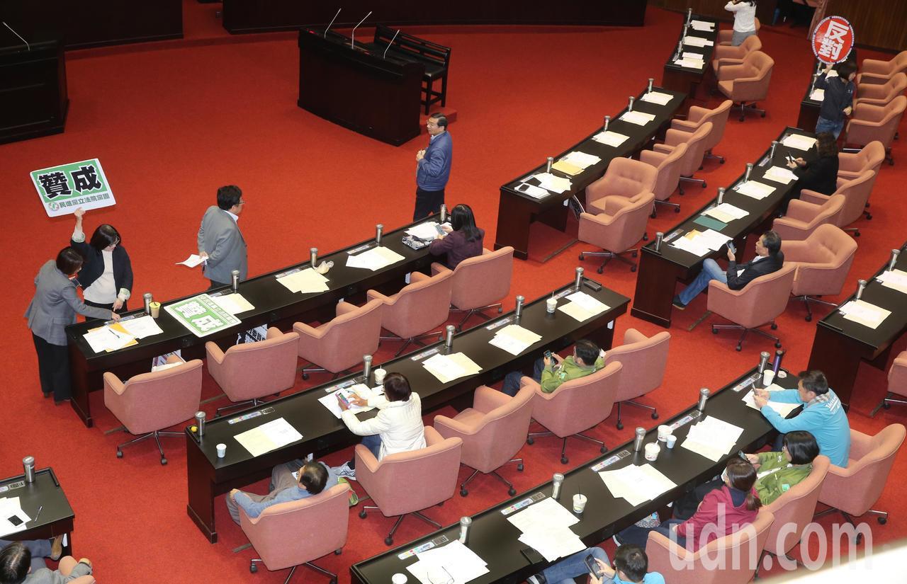 立法院會三讀修正通過考試院組織法部分條文,考試委員名額從19人改為7人至9人,考...