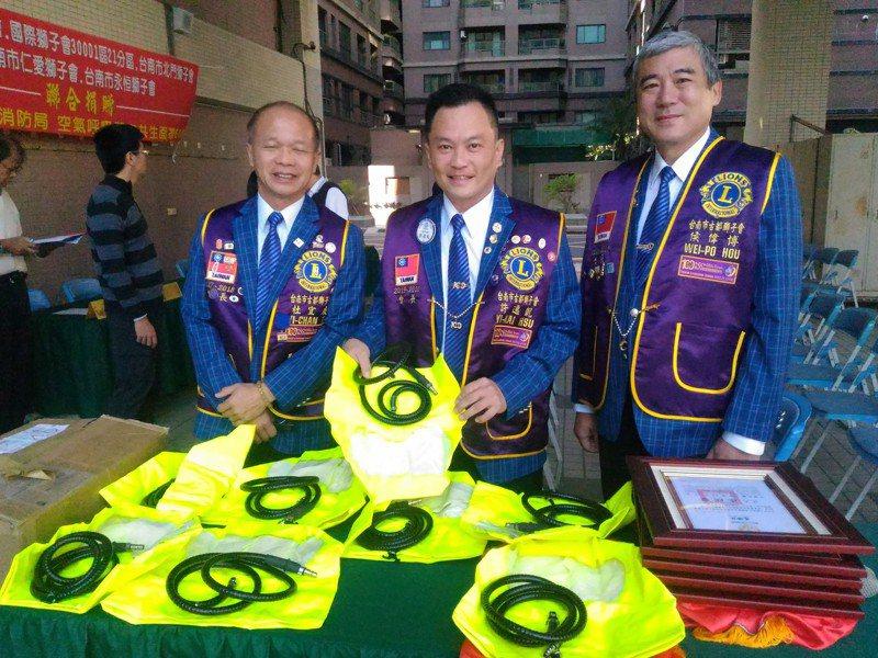 台南市古都獅子會發起捐助空氣呼吸器共生面罩給台南市義消,提升搶救成效。記者黃宣翰/攝影