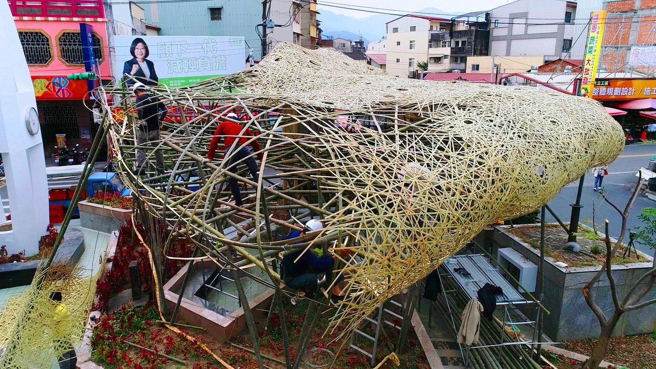 竹山鎮第一次舉辦竹藝燈會,最重要的祥雲獻瑞,紫氣東來主燈正在趕工中,將更動用上萬...