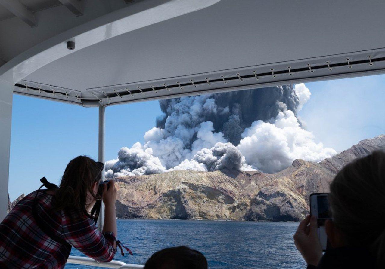 紐西蘭觀光景點懷特島(White Island)火山9日下午突然噴發。新華社