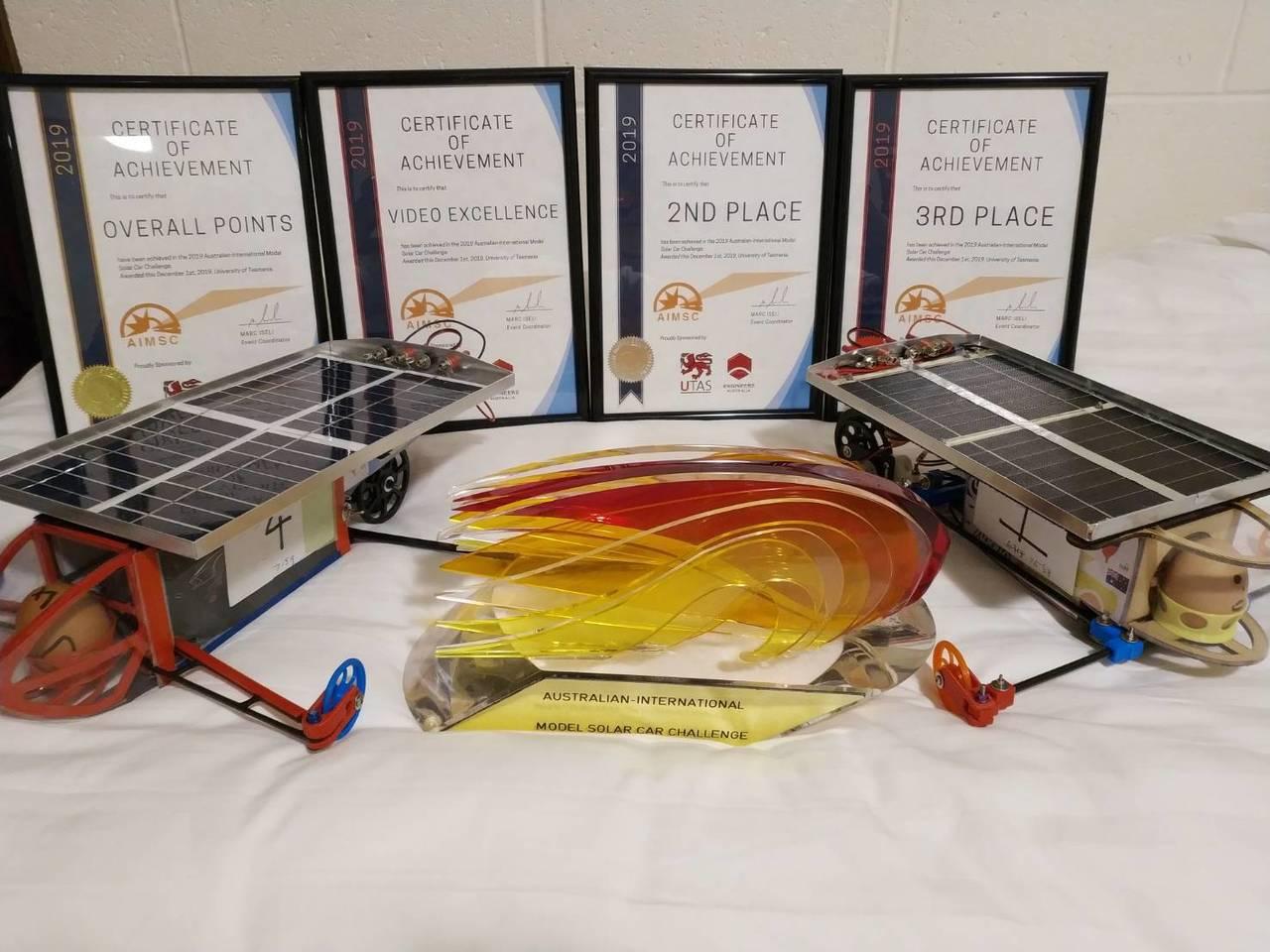太陽能模型車國內賽二信屈第二,澳洲國際賽雪恥總冠軍。圖/二信高中提供