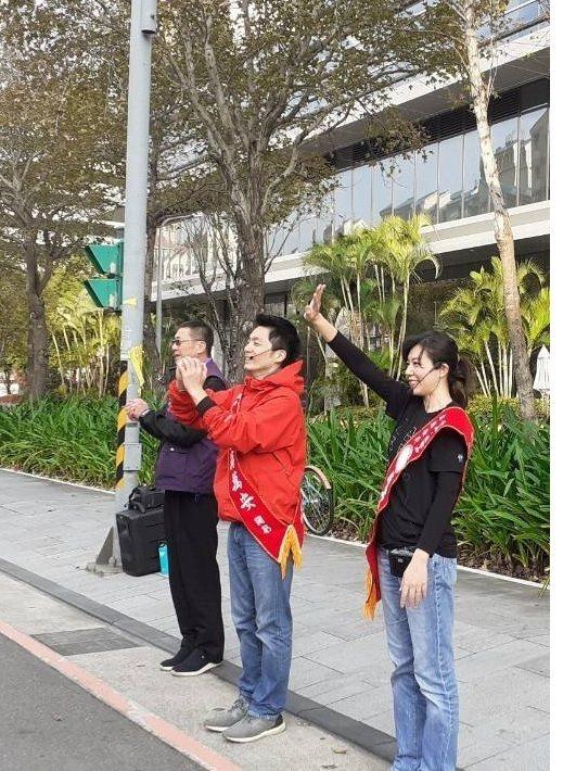 蔣萬安則是妻子石舫亘陪同,大直社區路口拜票,搶攻上班族選票。圖/蔣萬安辦公室提供