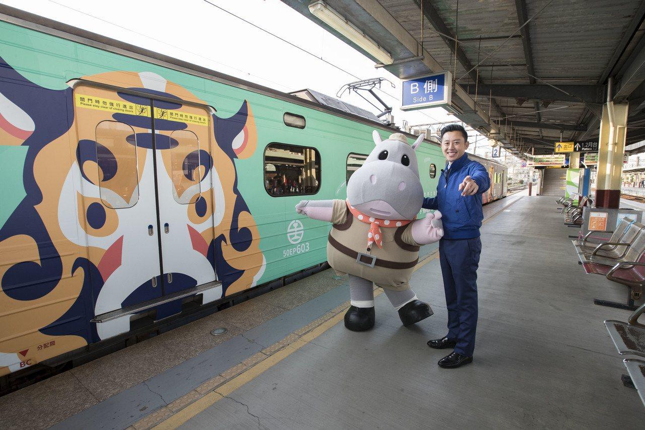 新竹市長林智堅與行銷大使河馬樂樂搶先體驗動物彩繪區間車。圖/市府提供