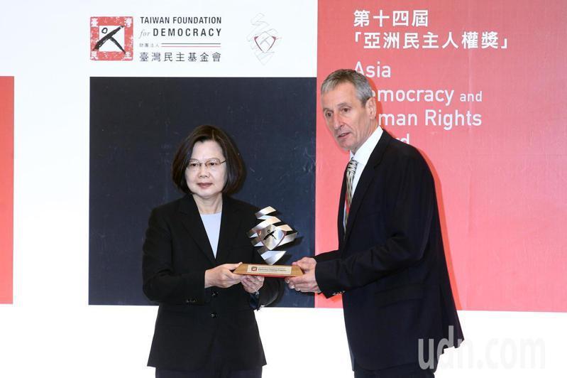 蔡英文總統(左)上午出席「第14屆亞洲民主人權獎頒獎典禮暨授勳」,第14屆民主人權獎由何塞‧拉莫斯‧奧爾塔及澳洲雪梨新南威爾斯大學榮譽教授加思‧納特姆(Garth Nettheim)共同創立的「人民外交培訓計畫」獲得,由Patrick Earle (右)代表領獎。記者蘇健忠/攝影