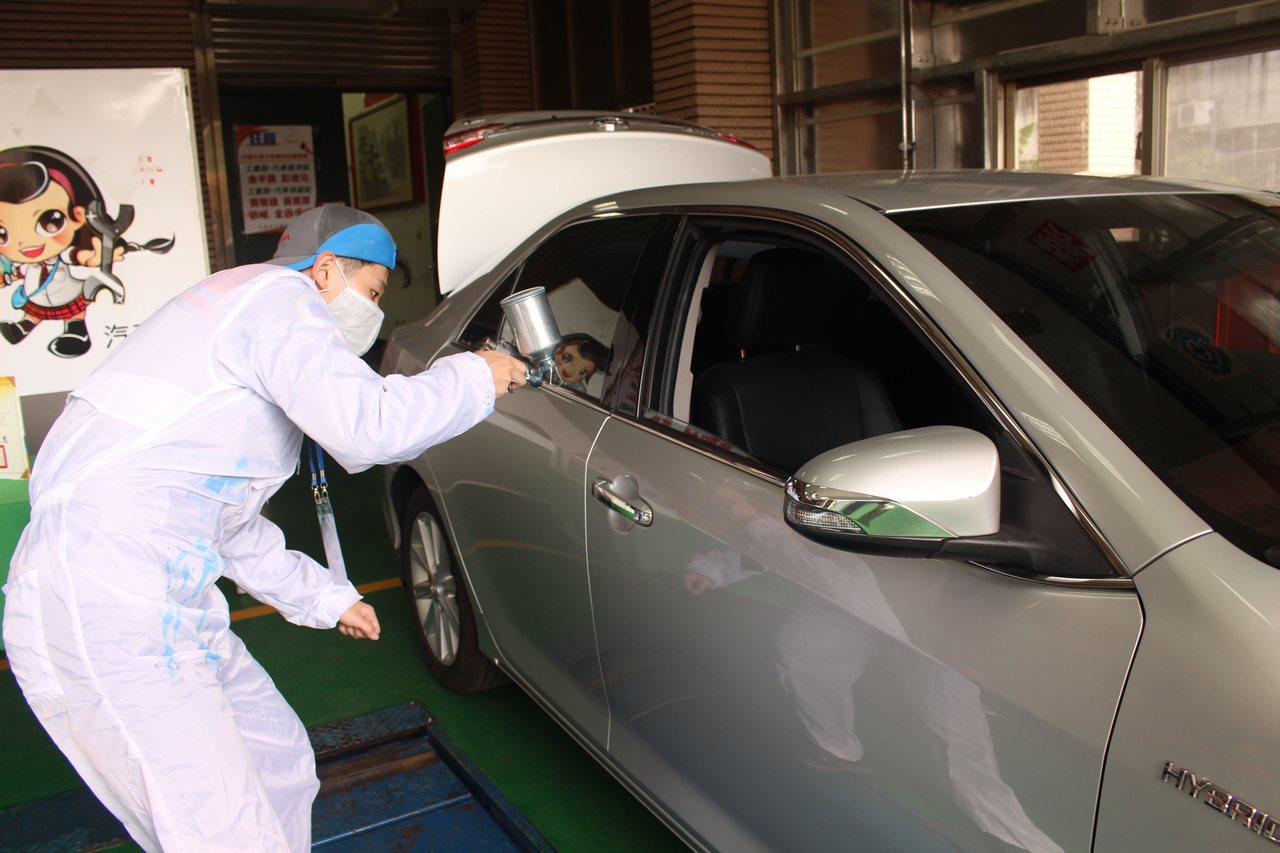 光復中學學生彭俊元在汽車噴漆項目獲得金手獎。記者張雅婷/攝影