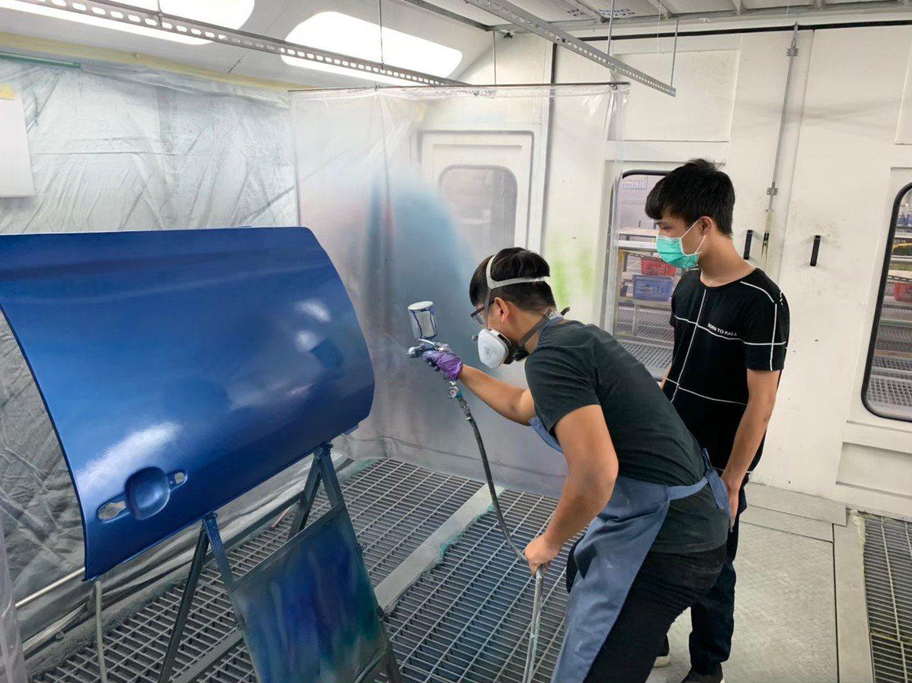 「汽車噴漆」冠軍三重商工汽車科黃昱凱表示,噴漆比賽講求細心度、完整度和速度性,唯...