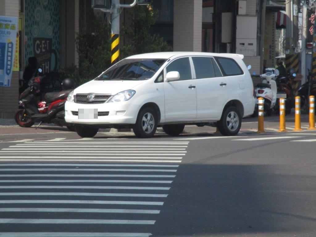 高雄市湖內區中山路與東方路口有一間便利商店,商店前的槽化線常發生違規停車,這裡很...