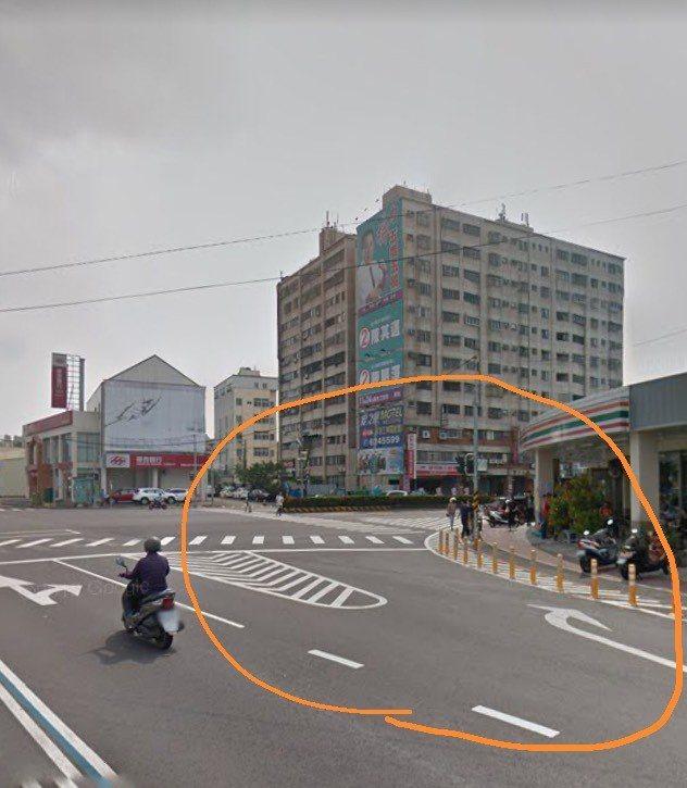 高雄市湖內區中山路與東方路口交會處是通往茄萣區的重要路口,便利商店前的槽化線常出現違規停車。記者徐白櫻/翻攝