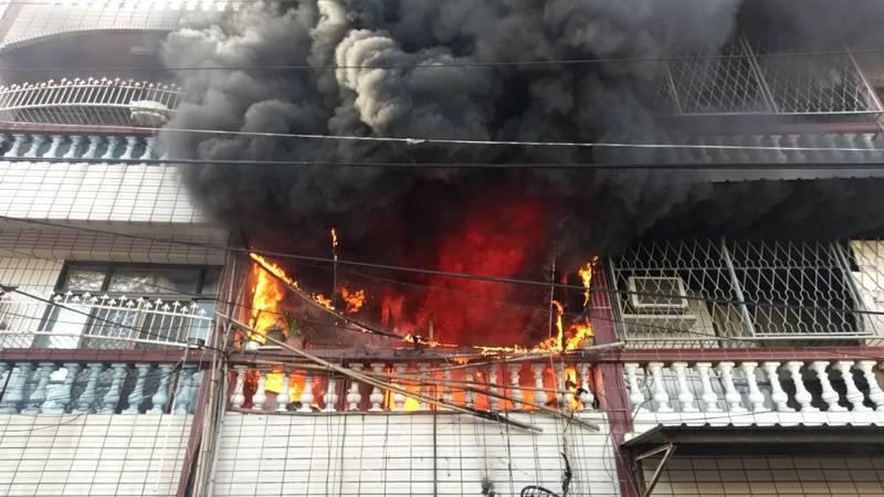 台南市關廟區民宅起火,大火自2樓竄出。圖/台南市消防局提供