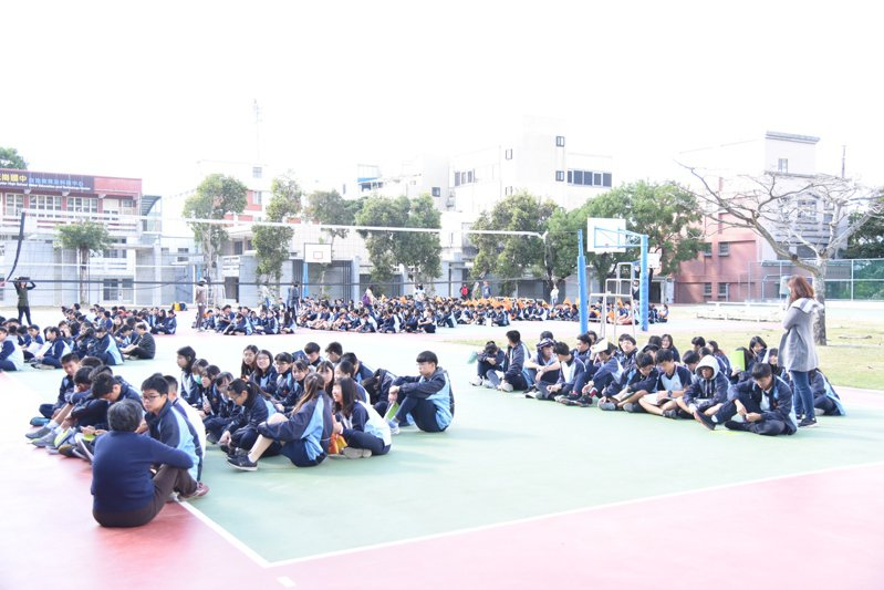 在球場的花崗師生在地震演練時蹲下,並依指示到空曠處集合。記者王思慧/攝影
