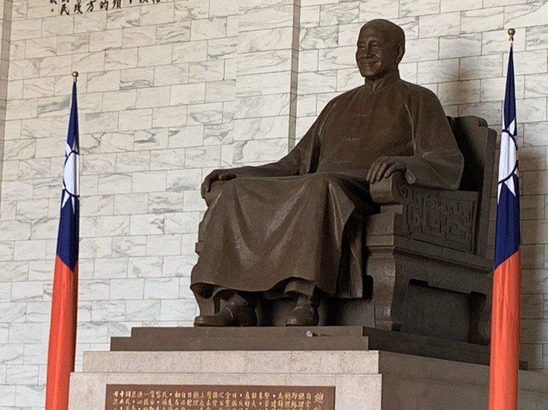 台灣國辦公室人士朝蔣介石銅像丟漆失敗。圖/記者廖炳棋翻攝
