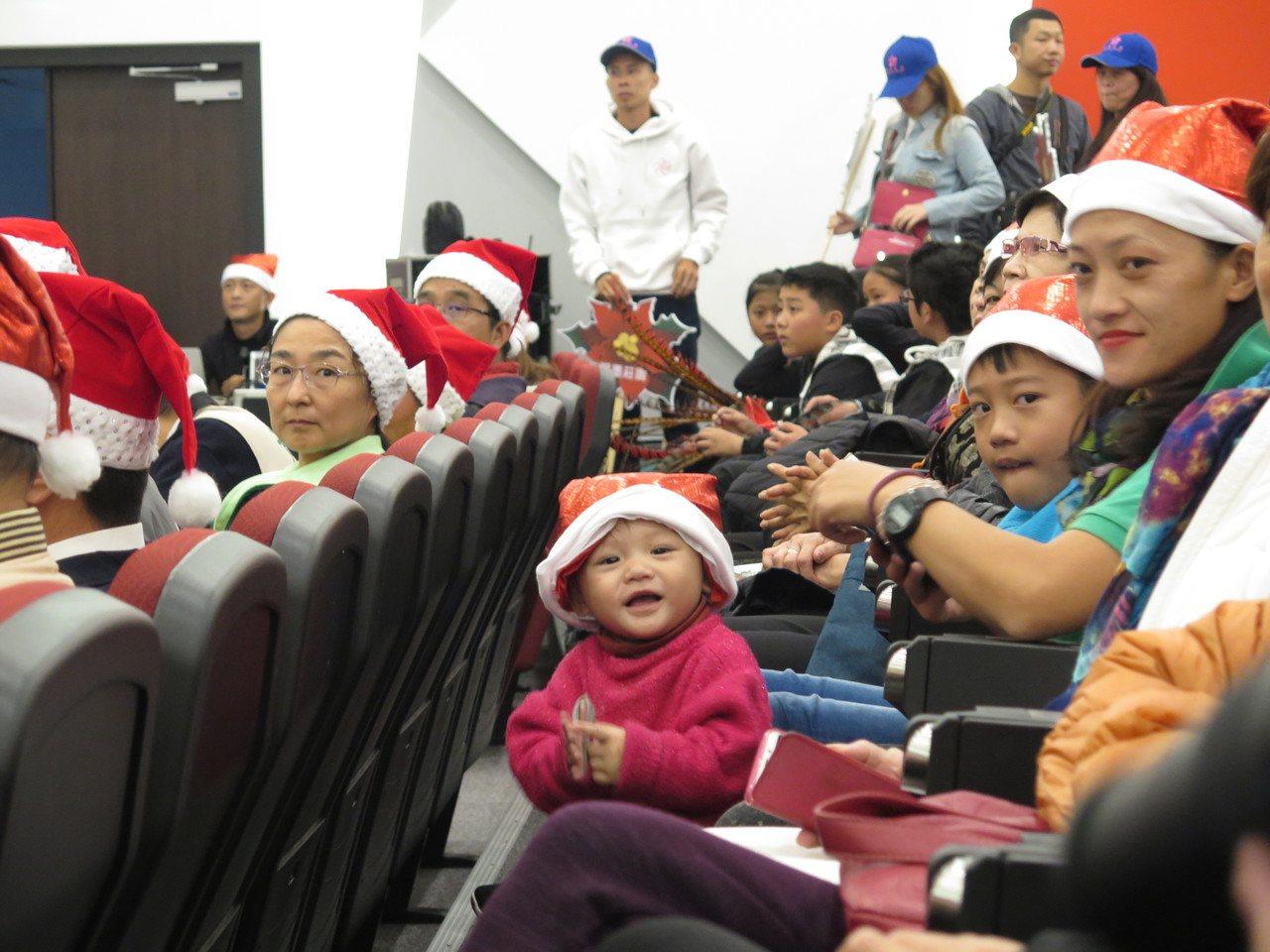 桃園市政府農業局今天在桃園市綜合會議廳辦宣傳活動,為即將開跑的桃園山城聖誕紅花節...