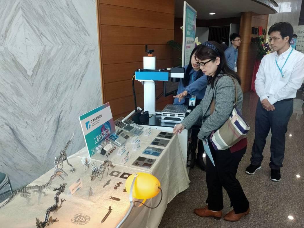 業者在現場設攤,展示在雷射光源相關技術設備,向參觀人士解說。記者周宗禎/攝影