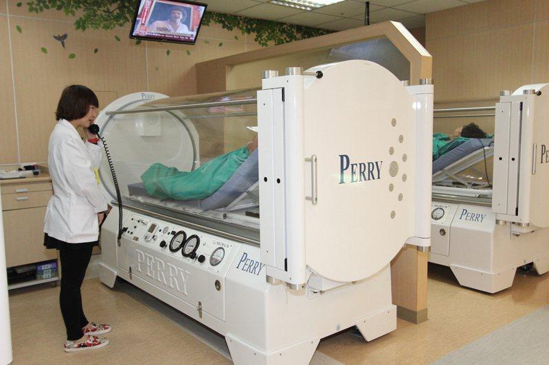 苗栗縣12月7日發生入冬首件一氧化碳中毒事件,大千醫院高壓氧治療救人。圖/大千醫院提供