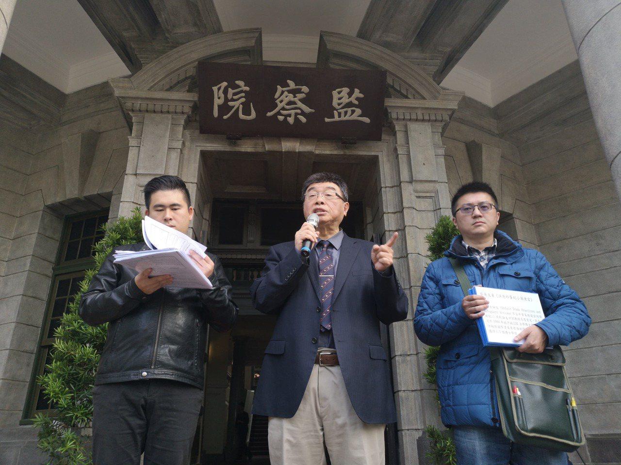 邱毅(中)、王炳忠(左)、林明正(右)赴監院告發,蔡英文當年在資格不符情況下,就...