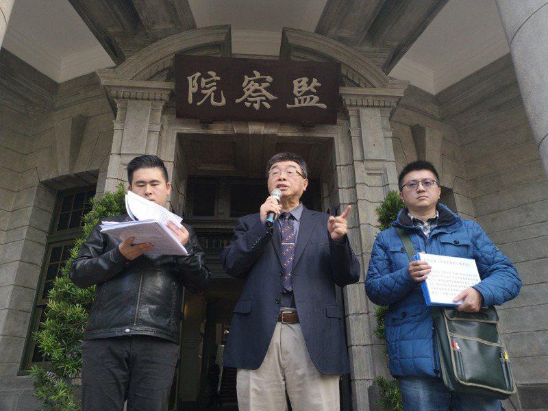 邱毅(中)、王炳忠(左)、林明正(右)赴監院告發,蔡英文當年在資格不符情況下,就開始指導碩士研究生論文。記者邱德祥/攝影