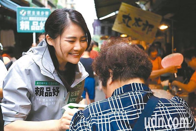 民進黨立委參選人賴品妤(左)表示,她的民調已追平對手李永萍。記者胡瑞玲/攝影